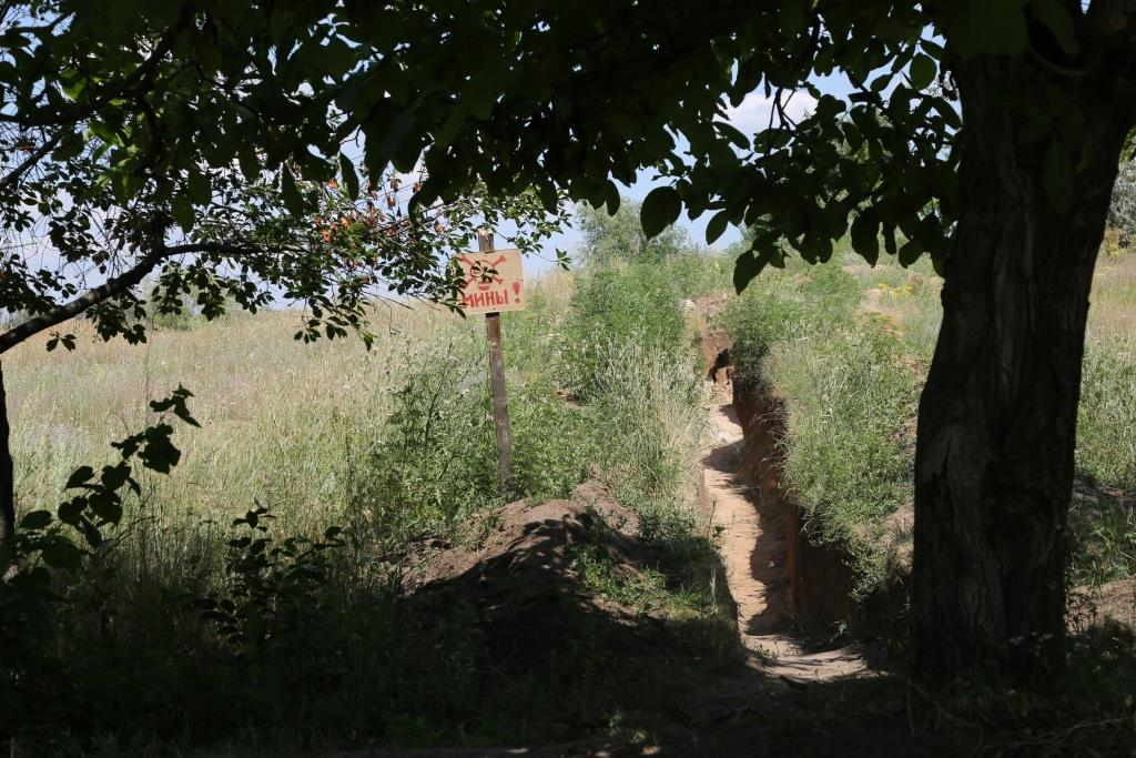 Mine sign and trench in Kruta Balka, Ukraine, July 2017: Photo: Flickr / OSCE / Mariia Aleksevych.