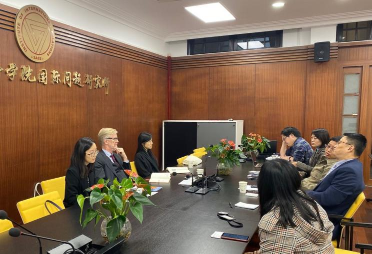 SIPRI Director Dan Smith, Fei Su, Researcher in SIPRI's China and Asia Security Programme and Jiayi Zhou, Researcher in SIPRI's Climate Change and Risk Programme, during a discussion with representatives from the Shanghai Academy of Social Sciences
