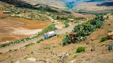 A truck carrying 10,000 litres of water travels to provide water to Gonka Complete Primary School during the ongoing drought in Ethiopia, April 2016. Photo: flickr / UNICEF Ethiopia