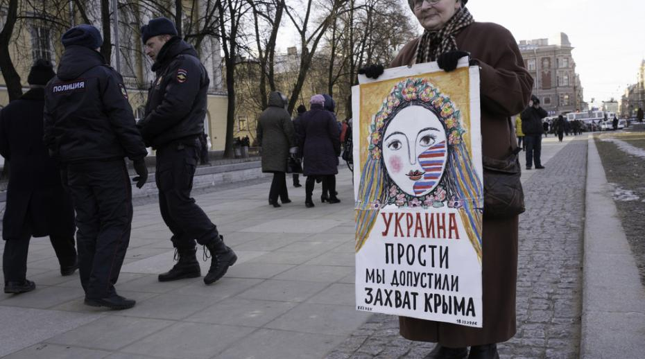 Russian woman in Saint Petersburg holds a sign apologising for the Crimean annexation, March 2016. Photo: Akimov Igor / Shutterstock